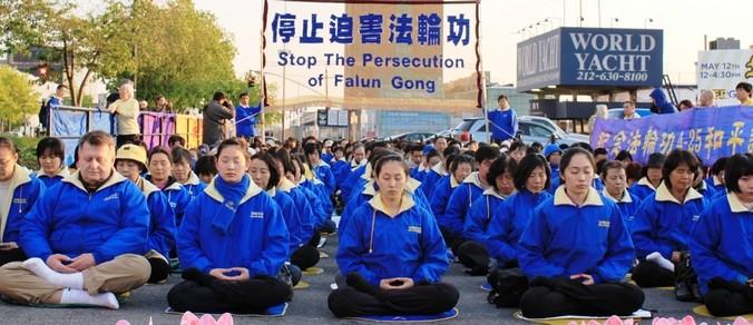 Последователи Фалуньгун призывают общественность помочь остановить репрессии своих единомышленников в Китае. Нью-Йорк (США). Фото: minghui.org | Epoch Times Россия