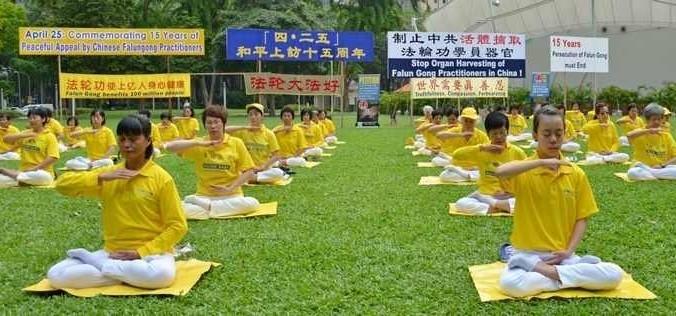 Последователи Фалуньгун Сингапура выполняют упражнение своей практики во время мероприятия, посвящённого 15-й годовщине со дня мирной апелляции к правительству 10 тысяч их единомышленников в Пекине. Апрель 2014 года. Фото: minghui.org   Epoch Times Россия