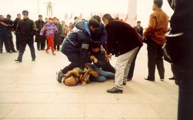 Сотрудники китайских спецслужб арестовывают последовательницу Фалуньгун. Фото с minghui.org | Epoch Times Россия