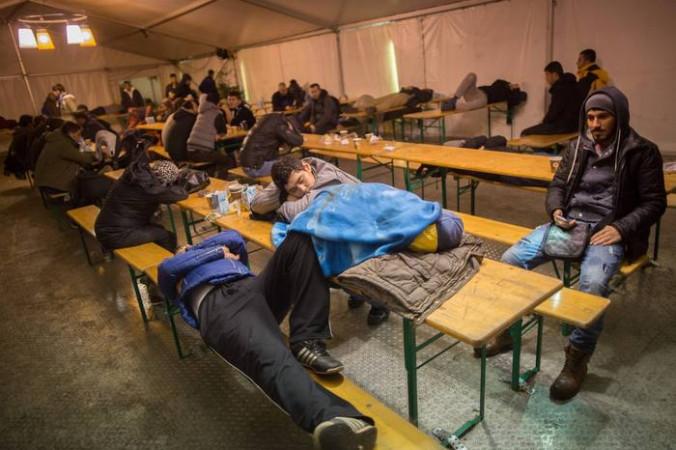 Мигранты спят в палатках в ожидании очереди в Регистрационный центр. Фото: KAY NIETFELD/AFP/Getty Images | Epoch Times Россия
