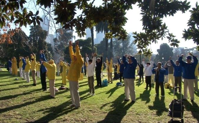 Последователи Фалуньгун выполняют упражнения. Мельбурн, Австралия. 14 июля 2018 г. Henry Jom/The Epoch Times   Epoch Times Россия