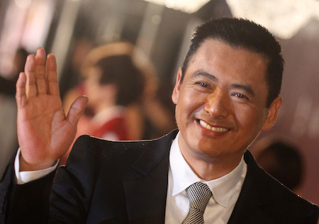 Киноактёр Чоу Юн-Фат позирует на красной ковровой дорожке на церемонии Hong Kong Film Awards 17 апреля 2011 года. Фото: Dale de la Rey/AFP/Getty Images | Epoch Times Россия