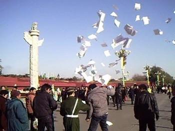 Когда обращения к властям не дают никаких результатов, апеллянты от безысходности разбрасывают листовки со своими жалобами в людных местах в Пекине. Фото: FRA   Epoch Times Россия