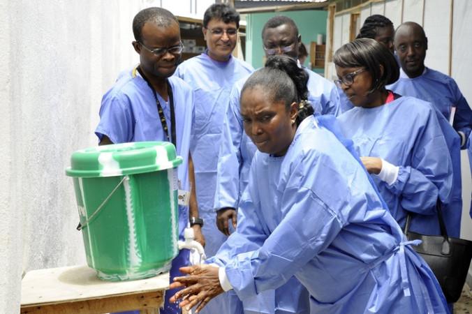 Либерийские медики грозят забастовкой из-за Эболы