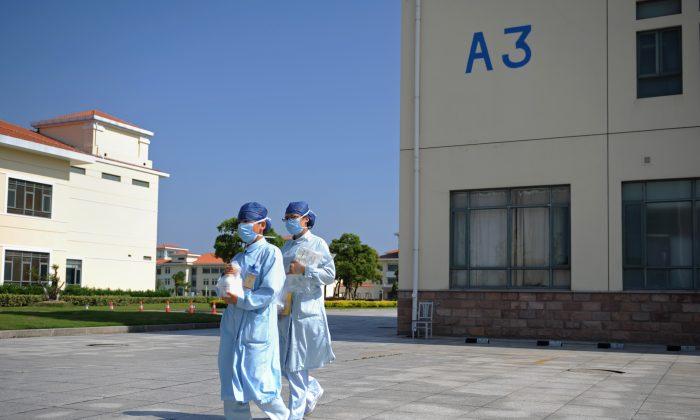 Медсестры идут в изолятор на юго-западе Шанхая14 мая 2013 года. (Питер Паркс / AFP / Getty Images)   Epoch Times Россия