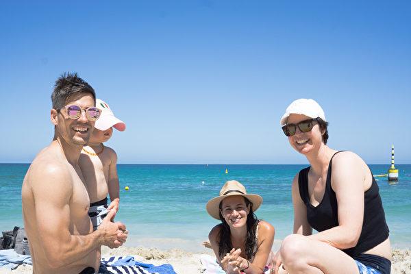 Семья Траверс и Карен Данскомб (первая справа) на пляже Коттесло. Фото: Чжоу Синь | Epoch Times Россия