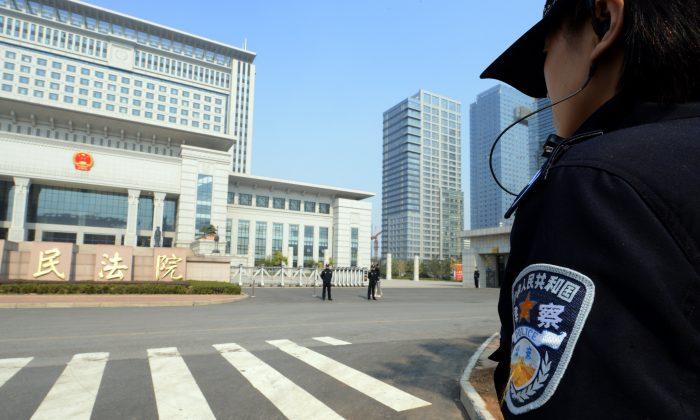 Китайская полиция охраняет здание Верховного суда Шаньдун в Цзинане, провинция Шаньдун на востоке Китая, 25 октября 2013 года. | Epoch Times Россия