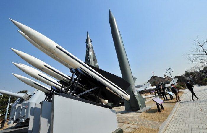 Модели северокорейских ракет Р-11 (справа) и южнокорейских HAWK (справа) в корейском военном мемориале в Сеуле. Северная Корея с конца февраля запустила несколько ракет малого радиуса, и одна из них могла попасть в китайский пассажирский самолёт, который пролетел через её траекторию 7 минут спустя. Фото: Jung Yeon-Je/AFP/Getty Images | Epoch Times Россия