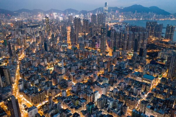 Аэрофотосъемка ночного Гонконга 23 октября 2018 года.   Dale de la Rey / AFP через Getty Images | Epoch Times Россия