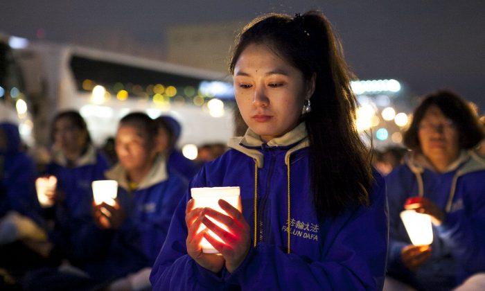 Последователи Фалунь Дафа проводят бдение при свечах во время мирной акции протеста возле китайского консульства в Нью-Йорке 25 апреля 2014 года. Акция протеста против 15-летнего преследования практики китайским режимом. (Самира Буау / Великая Эпоха)   Epoch Times Россия