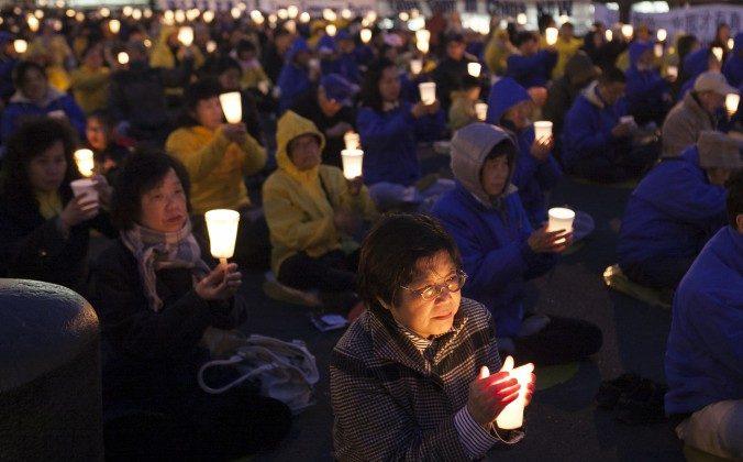 Последователи Фалунь Дафа проводят бдение при свечах во время мирной акции протеста возле китайского консульства в Нью-Йорке 25 апреля 2014 года. Практикующие Фалуньгун мирно разоблачили преследование своих убеждений в Китае. (Самира Буау / Великая Эпоха) | Epoch Times Россия