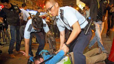 Пешеходы, пострадавшие от действий гонконгской полиции, потребовали компенсации