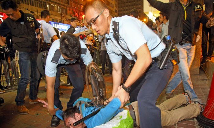 Полиция задержала пешехода в Монг-Коке, Гонконг, 26 ноября 2014 г. (Пун Цай Шу / Epoch Times)   Epoch Times Россия