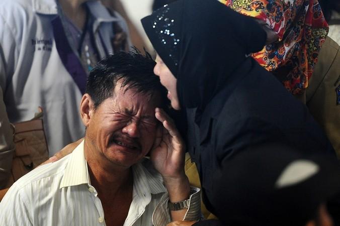 Родственники пассажиров, получившие подтверждение их гибели при крушении авиалайнера AirAsia 28 декабря 2014 года, Индонезия.  Фото: Robertus Pudyanto/Getty Images | Epoch Times Россия