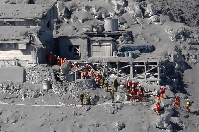 Спасатели на вершине вулкана Онтакэ, где был расположен туристический отель, Япония, 28 сентября, 2014 год. Фото: JIJI PRESS/AFP/Getty Images   Epoch Times Россия
