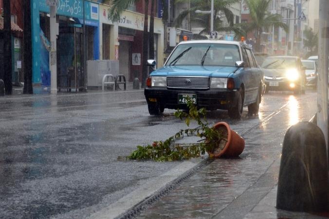 Тайфун  «Фанфон» в южной части острова Окинава, 11 октября, 2014 год. Фото:  JIJI ПРЕСС / AFP / Getty Images | Epoch Times Россия