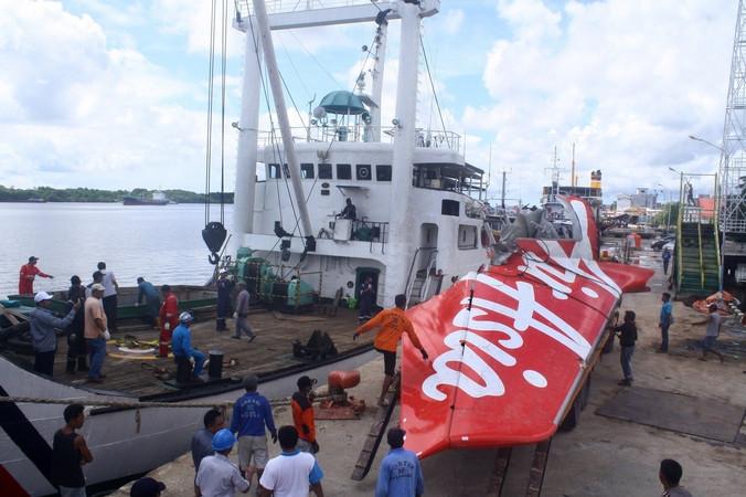 Доставка хвостовой части самолёта авиакомпании AirAsia, разбившегося  28 декабря над Яванским морем, Индонезия, 7 февраля, 2015 год.. Фото: YUDHA MANX/AFP/Getty Images   Epoch Times Россия