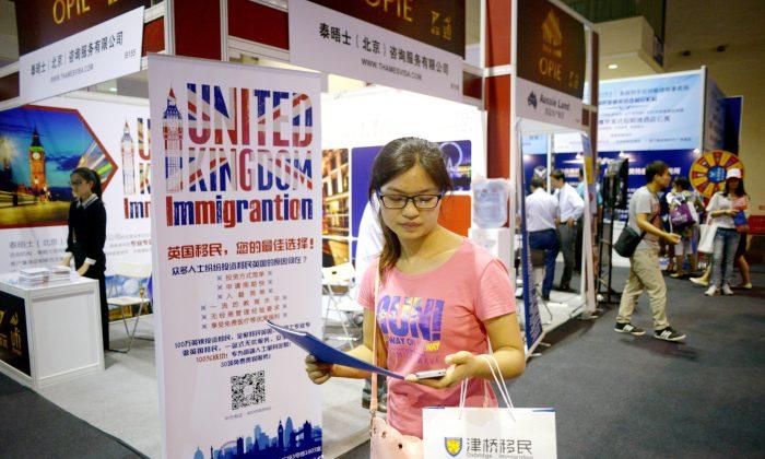 Китайский инвестор посещает выставку зарубежной недвижимости и иммиграции в Пекине 4 июля 2014 г. (Wang Zhao / AFP / Getty Images) | Epoch Times Россия