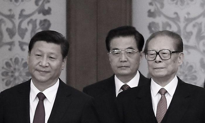 (Слева направо) Глава компартии Китая Си Цзиньпин и его предшественники Ху Цзиньтао и Цзян Цзэминь замечены в Пекине, Китай, 30 сентября 2014 г. (Feng Li / Getty Images)   Epoch Times Россия