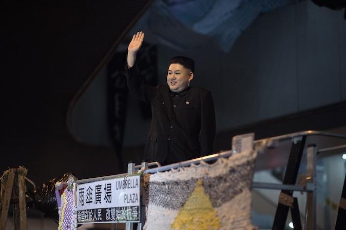 Сторонник продемократических демонстрантов, одетый как северокорейский лидер Ким Чен Ын, обращается к протестующим в Адмиралтейском районе Гонконга 31 октября 2014 года. Фото: Nicolas AsfouriI/AFP/Getty Images   Epoch Times Россия