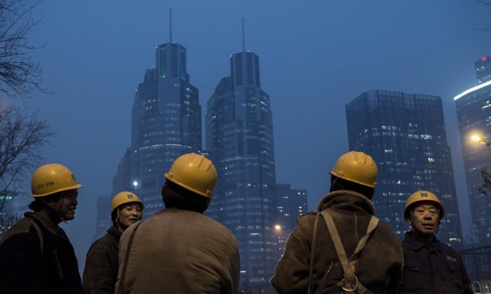 Китайские рабочие-мигранты на стройке в Пекине, 9 декабря 2014 года. По некоторым оценкам, постоянный приток рабочих из сельской местности, возможно, уже изменился. (Кевин Фрайер / Getty Images)   Epoch Times Россия