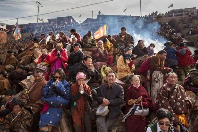 Тибетские буддисты молятся на склоне холма 30 октября 2015 года в Сертар, в отдалённом Тибетском автономном округе Гарзе, провинция Сычуань, Китай. Фото: Kevin Frayer/Getty Images | Epoch Times Россия