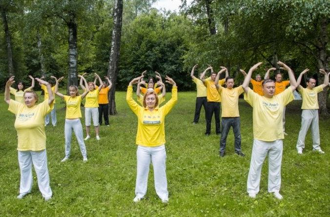 Последователи китайской практики «Фалуньгун» выполняют медитативное упражнение в московском Ботаническом саду/faluninfo.ru | Epoch Times Россия