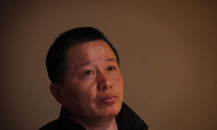 Гао Чжишэн, адвокат по правам человека, встречается со СМИ после 13 месяцев задержания китайскими агентами безопасности в чайхане в Пекине, Китай, 7 апреля 2010 г. (AP Photo / Gemunu Amarasinghe)   Epoch Times Россия
