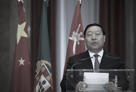Лю Чженья,, президент Государственной сетевой корпорации Китая, выступает с речью во время церемонии подписания в Министерстве финансов Португалии в Лиссабоне 22 февраля 2012 г. (AP Photo / Francisco Seco) | Epoch Times Россия