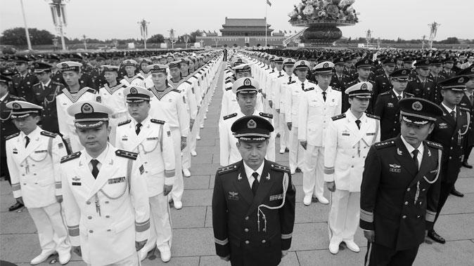 Китайские военные стоят на площади Тяньаньмэнь 30 сентября 2014 года. Разросшаяся коррупция сводит на нет боеспособность китайской армии. Фото: STR/AFP/Getty Images   Epoch Times Россия