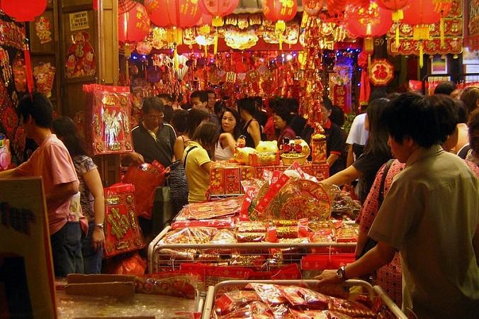 Сцена на уличном рынке в китайском квартале Сингапура во время празднования китайского Нового года. Фото: Calvin Teo/commons.wikimedia.org/CC-BY-SA-2.5   Epoch Times Россия