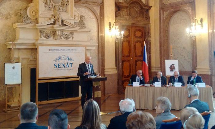 Этан Гутман выступает на международной конференции «Семья во времена несвободы» в главном зале Валленштейнского дворца, сенат чешского парламента, 25 февраля 2015 г. (Epoch Times) | Epoch Times Россия