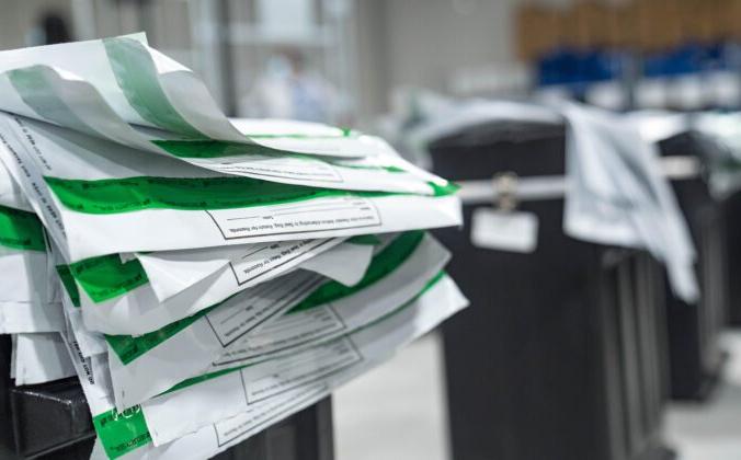 Видны конверты, в которых лежали бюллетени в округе Гвиннетт, когда работники начинают пересчёт бюллетеней в Лоуренсвилле, штат Джорджия, 13 ноября 2020 года. Megan Varner/Getty Images   Epoch Times Россия