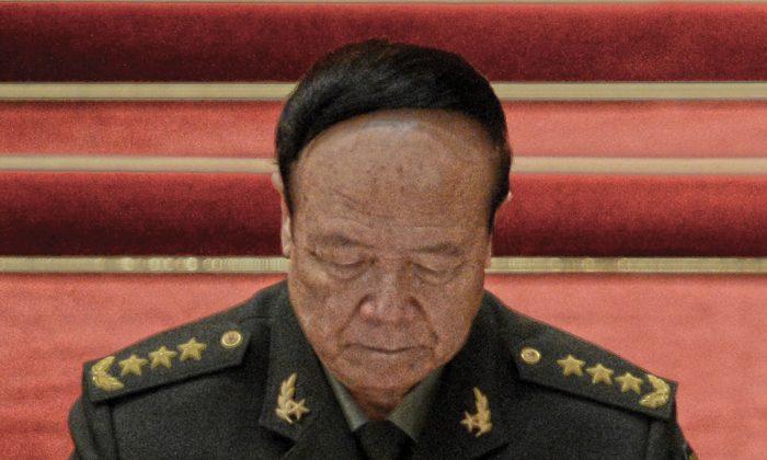 Го Боксюн на закрытии 18-го съезда коммунистической партии в Большом зале народных собраний в Пекине 14 ноября 2012 г. (Го Чайхин / AFP / Getty Images) | Epoch Times Россия