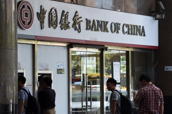 Люди ждут своей очереди в пекинский филиал Банка Китая. 26 мая банк запустит первую в Китае с 2008 года сделку по секьюритизации безнадёжных кредитов. Фото: Greg Baker/AFP/Getty Images   Epoch Times Россия