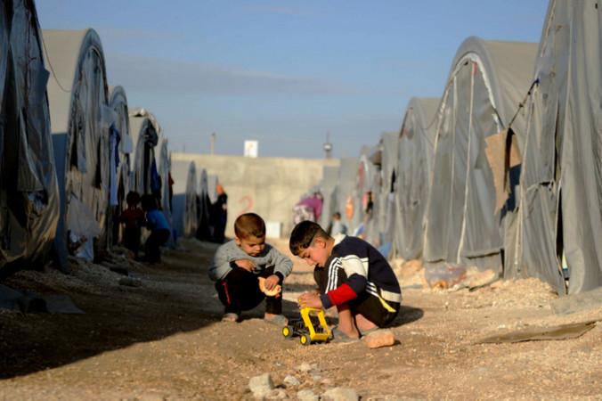 Сирийские дети играют в лагере для беженцев в Турции. Фото:  Kutluhan Cucel/Getty Images | Epoch Times Россия