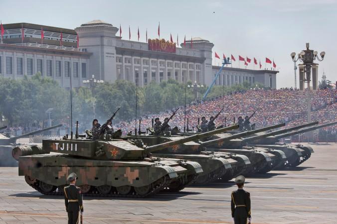 Китайские танки перед площадью Тяньаньмэнь во время военного парада в Пекине 3 сентября 2015 г. Фото: Kevin Frayer/Getty Images | Epoch Times Россия