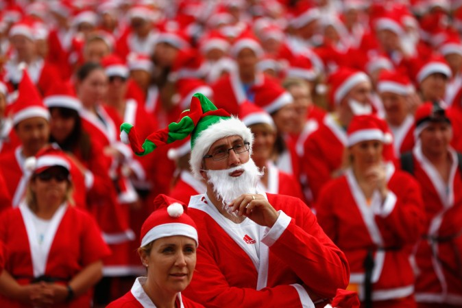 3 декабря. Люди в костюмах Санта-Клаусов на ежегодном крупном собрании Санта-Клаусов Great KidsCan Santa Fun Run в Окленде, Новая Зеландия. Фото: Phil Walter/Getty Images   Epoch Times Россия