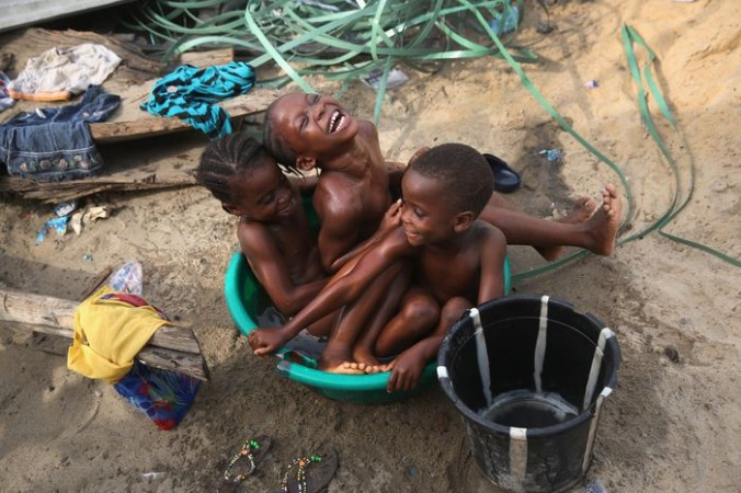 Дети купаются в тазу, трущобы Вест Поинт, Монровия, Либерия, 9 февраля, 2016. Вест Поинт один из самых бедных и перенаселённых районов Либерии. Район сильно пострадал от лихорадки Эбола. После двух лет борьбы с Эболой, 14 января 2016 года Всемирная организация здравоохранения  объявила, что эпидемия закончилась. Фото: John Moore/Getty Images | Epoch Times Россия