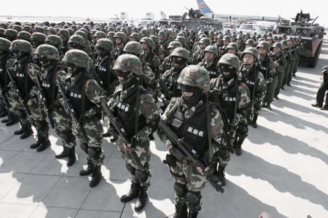 Отряд Народной вооружённой полиции в городе Гуанчжоу, Китай, 16 ноября 2005 года. China Photo/Getty Images | Epoch Times Россия