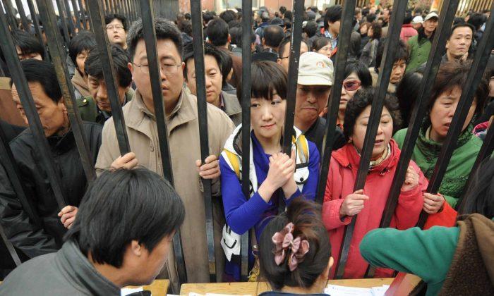 Люди выстраиваются в очередь на новые квартиры, когда местное правительство объявило о сносе старой центральной части Тунчжоу в западном пригороде Пекина 8 апреля 2010 г. (STR / AFP / Getty Images) | Epoch Times Россия
