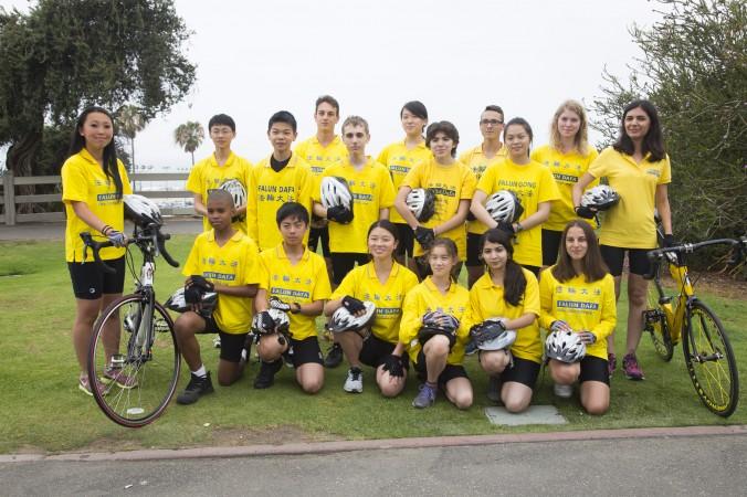 «Юные послы» более чем из десяти стран позируют для фото перед началом велопробега в воскресенье, 31 мая. Группа из 30 молодых велосипедистов отправится из Лос-Анджелеса в Вашингтон, а потом до Нью-Йорка. Они преодолеют более 4000 км, чтобы привлечь внимание общественности и спасти пять детей-сирот в Китае, чьи родители были убиты компартией за убеждения. Фото: Debora Cheng/Epoch Times   Epoch Times Россия