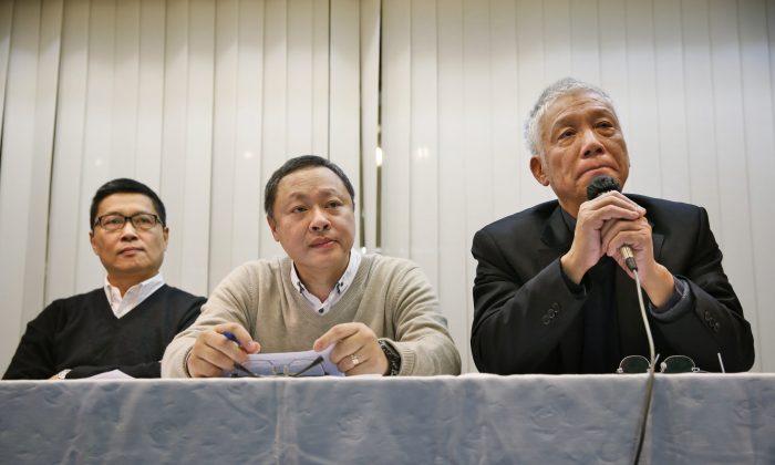 Трое лидеров протеста (слева направо), Чан Кинман, Бенни Тай Ю-тин и Чу Ю-мин, на пресс-конференции в Гонконге во вторник, 2 декабря 2014 г., объявляют, что сдадутся полиции. (AP Photo / Kin Cheung)   Epoch Times Россия