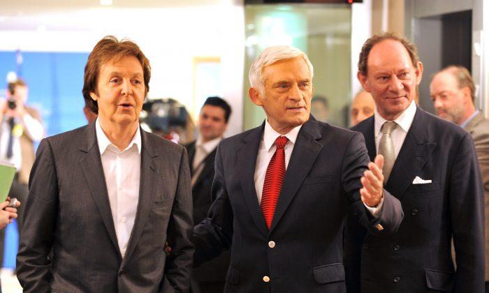 Вице-президент Европейского парламента Эдвард Макмиллан-Скотт (справа) и президент Европейского парламента Ежи Бузек (справа) приветствуют британскую поп-звезду Пола Маккартни в Европейском парламенте в Брюсселе 3 декабря 2009 г. (Georges Gobet / AFP / Getty Images) | Epoch Times Россия
