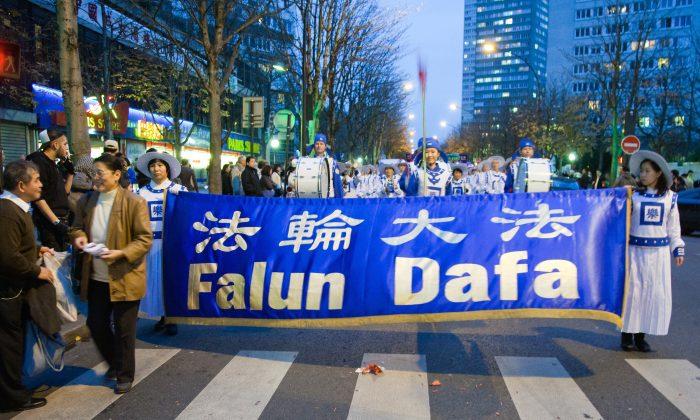 Последователи Фалуньгун на параде в Париже, ноябрь 2009 г. (Роджер Ло / Epoch Times) | Epoch Times Россия