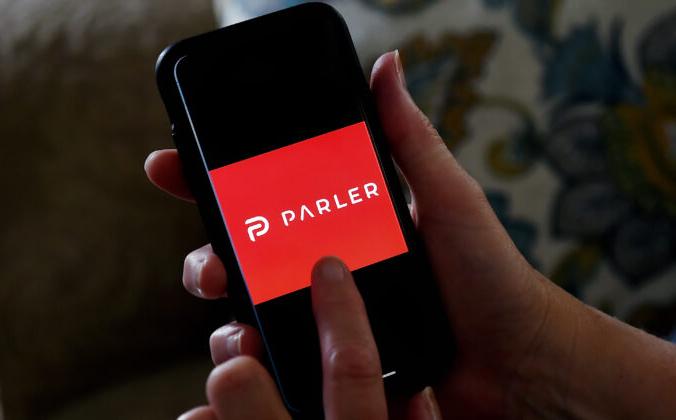 Логотип Parler на смартфоне в Арлингтоне, штат Вирджиния, 2 июля 2020 г. OLIVIER DOULIERY/AFP via Getty Images) | Epoch Times Россия