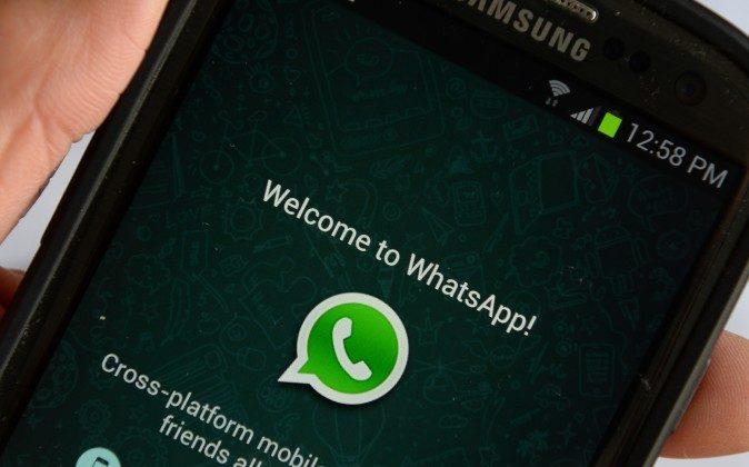 Логотип приложения WhatsApp отображается на экране телефона. Stan Honda/AFP/Getty Images | Epoch Times Россия