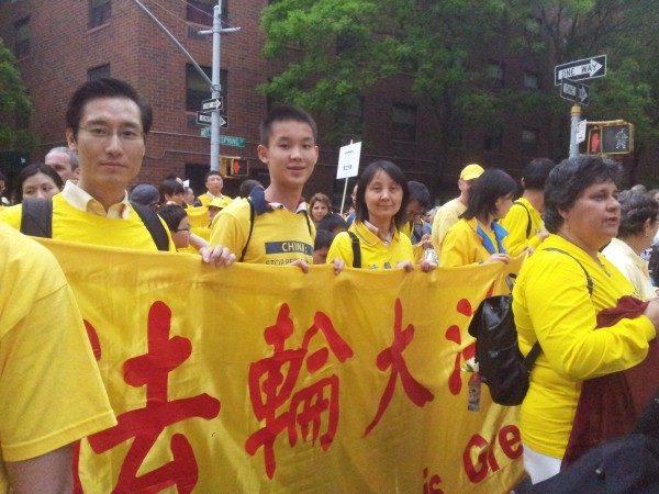Юй Чао (слева), его сын Юй Гуйчжэнь (в центре) и его жена Чу Тун (справа) 18 мая 2013 года на параде Фалунь Дафа в Нью-Йорке, в китайском квартале. Фото: Yu Chao   Epoch Times Россия