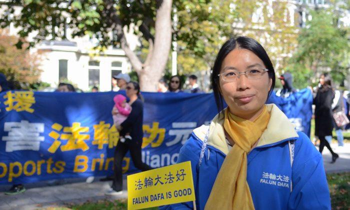 Дун Чжэнь делится своей историей тюремного заключения и пыток в Китае за то, что она практиковала Фалуньгун. Она приняла участие в марше по улицам Торонто в поддержку тех, кто столкнулся с подобной судьбой в Китае. (Мэтью Литтл / Великая Эпоха) | Epoch Times Россия