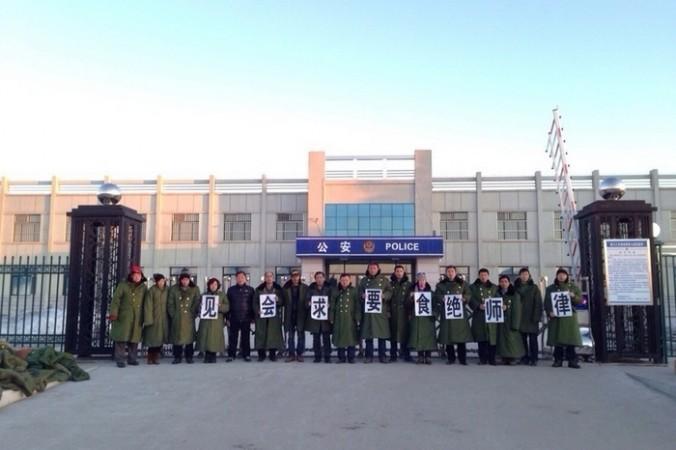 Адвокаты, приехавшие в полицейский участок с требованием освободить своих коллег. Район Цзяньсаньцзян провинции Хэйлунцзян. Март 2014 года. Фото с epochtimes.com | Epoch Times Россия